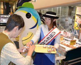 買い物客にオリーブハマチの魅力をアピールする香川おさかな大使ら=高松市多肥下町