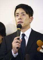 記者会見で引退を表明する「純烈」の友井雄亮さん=11日午後、東京都品川区