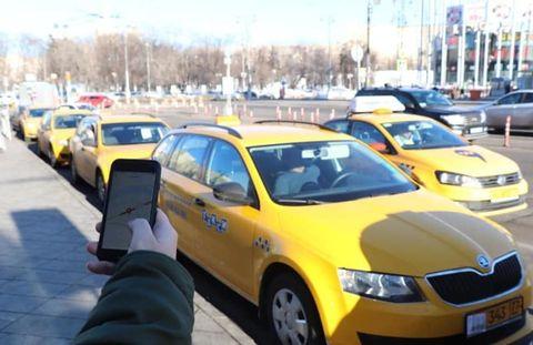 モスクワ市内に並ぶタクシーの列=3月(共同)。記事とは直接の関係はありません