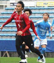 ジュビロ磐田との練習試合で、チームを統率するホンダFCのDF鈴木雄也選手(中央手前)=磐田市で