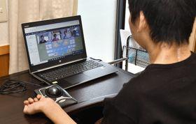 自宅でテレビ会議システムを使って作業所の仲間と話す上田健人さん(四万十市津蔵渕)