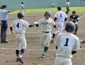 8回、文星付・高野の左前打で三走・高根に続き二走・福田(中央)が生還=県営球場