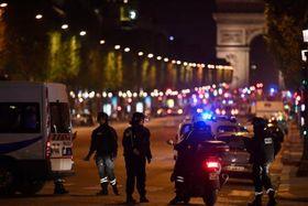 20日、パリで発砲事件後、警備する警察当局者(ゲッティ=共同)