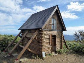 修復が完了し建て替えられた白神岳避難小屋=11日昼撮影(深浦町提供)
