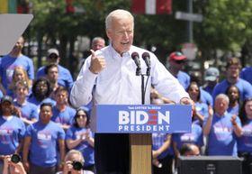 18日、米フィラデルフィアで、大統領選に向けた集会で演説するバイデン前副大統領(共同)
