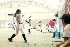 雨天のため屋内で練習に励む日本女子体育大の選手=桃山球場
