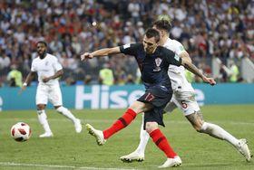 クロアチア―イングランド 延長後半、決勝ゴールを決めるクロアチアのマンジュキッチ=モスクワ(共同)