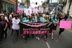 セクハラや性的暴行に抗議してデモ行進する人たち=12日、米ロサンゼルス(ロイター=共同)