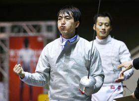 フェンシング男子サーブル個人で島村智博(奥)を破り決勝進出を決めた宮山亮=駒沢体育館