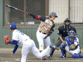 プロ野球中日とのオープン戦に出場した日本ハムの清宮幸太郎内野手。9回1死から代打で登場し、空振り三振に倒れた=24日、沖縄県北谷町の北谷公園野球場