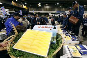 大阪市中央卸売市場で開かれた塩カズノコの初競り=22日午前