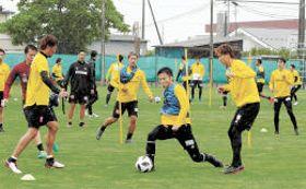 10日間のオフが明け、ボール回しの練習で汗を流す仙台の選手