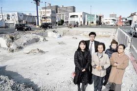 全壊判定を受け、公費解体した分譲マンション「メゾン本荘」の跡地に立つ住民や弁護士ら=熊本市中央区