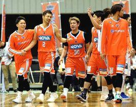 逆転勝利で連勝を8に伸ばし、喜ぶ広島の選手=16日の福岡戦(撮影・田中慎二)