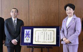 吉村美栄子山形県知事(右)から石坂公成氏への名誉県民の賞状と記章を授与された長男裕さん=9日午前、山形県庁