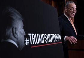 20日、米ワシントンで政府閉鎖について記者会見する野党民主党の上院トップ、シューマー院内総務(ゲッティ=共同)