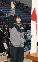 第68回全国高校スケート選手権の開始式で選手宣誓する郡山商の黒沢萌恵=22日午後、福島県郡山市