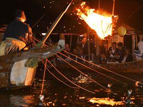 鵜飼じまいに観覧船から鵜匠の巧みな手縄さばきに見入る乗船客ら=岐阜市の長良川