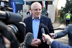19日、オーストラリア東部シドニーの教会を訪れ、報道陣の取材に応じるモリソン首相(ロイター=共同)