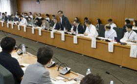 インターネット上の「海賊版サイト」による著作権侵害を防ぐための対策を検討する有識者会議の初会合=22日午前、東京・霞が関
