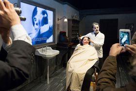 スイス・ブベイにある「チャップリンの世界」博物館で、映画「独裁者」のヒロインになりきって記念撮影する来場者(撮影・澤田博之、共同)