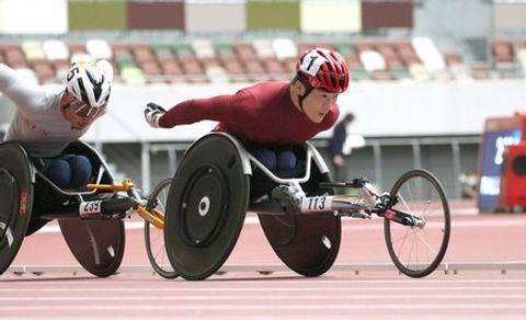男子1500メートル(車いすT54)で力走する樋口政幸11日、国立競技場