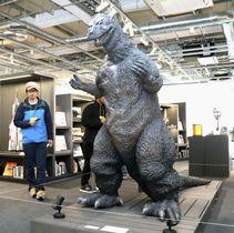 「円谷英二ミュージアム」に展示されている高さ約2メートルの初代ゴジラを模したスーツ=11日午前、福島県須賀川市