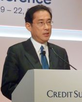 訪問先の香港で講演する自民党の岸田政調会長=21日(共同)