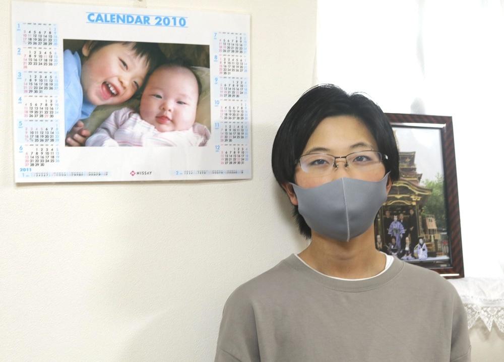 福島県双葉町出身の中学3年田内恒樹さん。自宅には東日本大震災前に妹(右)と写ったカレンダーの写真が今も飾られている=3月、岐阜県垂井町