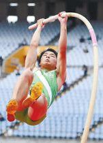 男子棒高跳び決勝 4メートル40を成功した佐沼・小泉