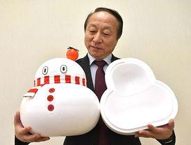 大蔵村に積もった新雪を、村のマスコット「おおくらくん」をかたどった発泡スチロールに入れて販売する