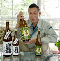 ラベルもレトロな受賞酒を手に、「伝統を変えずに評価されたことに意義がある」と話す土井専務