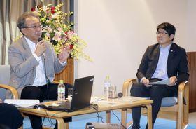 長崎市の外海地区を訪れ、田上富久市長(右)と対談する故遠藤周作さんの長男龍之介さん=20日午後