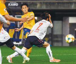 仙台―FC東京 後半29分、仙台・関口(中央奥)が先制のシュートを放つ(小林一成撮影)
