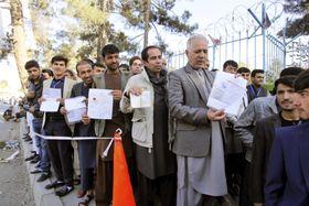 カブールの投票所を訪れた市民ら=20日(共同)