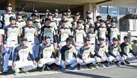 今季のユニホームを着用して記念撮影に臨む栃木GBの選手たち