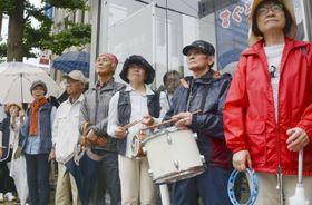 新潟県知事選挙で、候補者の街頭演説を聞く有権者ら=24日午前、新潟市
