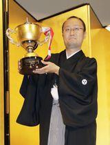 将棋の第43期棋王就位式で賞杯を手にする渡辺明棋王=23日午後、東京都内のホテル
