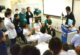 九州大病院で医師らを対象に開かれた小児用補助人工心臓の研修会。青色の機器が駆動装置で、体外式ポンプに空気を送り込んで心臓の動きを助ける=2017年11月末