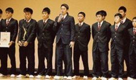 全国大会の抱負を語るサッカー部の山田主将(中央)=浜松市中区の浜松開誠館中・高