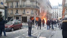 12日、パリの爆発現場で上がる炎。ソーシャルメディア上の映像から(David Bangura氏提供・ロイター=共同)