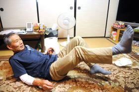 クマを蹴り飛ばした時の状況を説明する山田俊治さん=16日午後7時46分、恵那市明智町、山田さん方