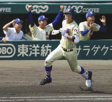 星稜-仙台育英 2回表、満塁本塁打を放ち一塁に向かう星稜・今井