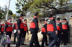 山口組総本部に家宅捜索に入る警視庁の捜査員=20日午前、神戸市灘区