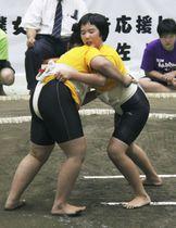 わんぱく相撲で初となる女子の全国大会で4年生の部を制した梶原千愛さん(右)=25日、東京都葛飾区