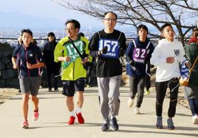 松山城の本丸広場を目指し、上り道を駆ける城山登山マラソン大会の参加者=1日午前、松山市丸之内