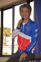 バイクレースの世界耐久選手権の連覇へ意気込みを語る藤井監督=浜松市北区細江町のエフ・シー・シー