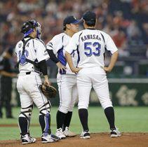 2回表、東芝打線に2者連続本塁打を浴び、マウンドに集まる(左から)JFE西日本の捕手浦、投手河野、川崎コーチ=東京ドーム