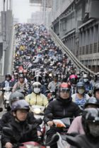 朝の通勤時間帯にスクーターで埋まる台北市内の道路=4月(共同)