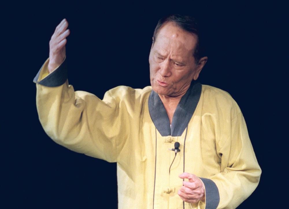 松元さんがあこがれる故マルセ太郎さん。同じように一人舞台を続けた=1998年11月21日